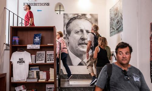 Chân dung cố thẩm phán Paolo Borsellino treo trong một bảo tàng tưởng niệm cuộc chiến chống mafia ở Palermo, Italy. Ảnh: Guardian.