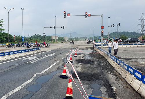 Khu vực đường hư hỏng được Ban quản lý dự án khẳng định là đoạn làm tạm thay cho thiết kế vòng xuyến ban đầu. Ảnh: Ngọc Trường.