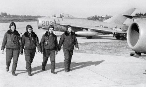 Phi công Trung đoàn tiêm kích 923 bên cạnh máy bay MiG-17. Ảnh: TTXVN.