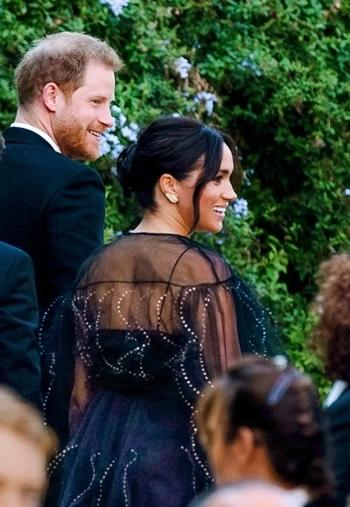 Meghan và Hoàng tử Anh Harry tới dự đám cưới ở Rome hôm 20/9. Ảnh: Mirror.