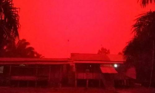Bầu trời ở tỉnh Jambi, Indonesia chuyển màu đỏ ngày 21/9. Ảnh: Facebook/Qha Caslley.