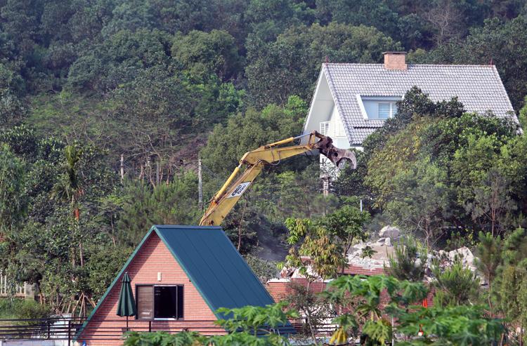 Cưỡng chế công trình vi phạm trên đất rừng Sóc Sơn vào tháng 4/2019. Ảnh: Võ Hải.