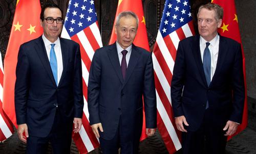 Từ trái qua phải: Bộ trưởng Tài chính Mỹ Steven Mnuchin, Phó thủ tướng Trung Quốc Lưu Hạc và Đại diện Thương mại Mỹ Robert Lighthizer đàm phán tại Thượng Hải cuối tháng 7. Ảnh: Reuters.