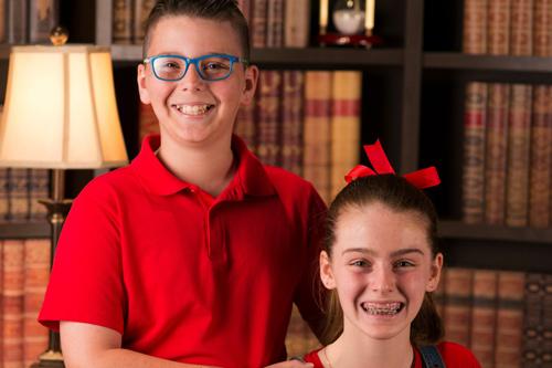 Maxwell (10 tuổi) và Amy (12 tuổi) chụp ảnh khi tham gia chương trình Child Genius Australia. Ảnh: Larnie.