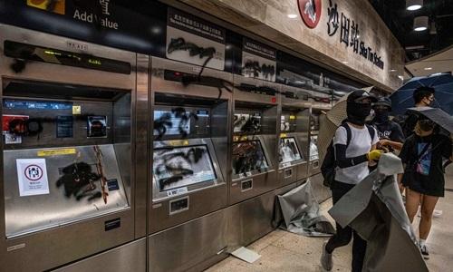 Người biểu tình Hong Kong đập phá ga tàu ở Sha Tin hôm 22/9. Ảnh: The New York Times.