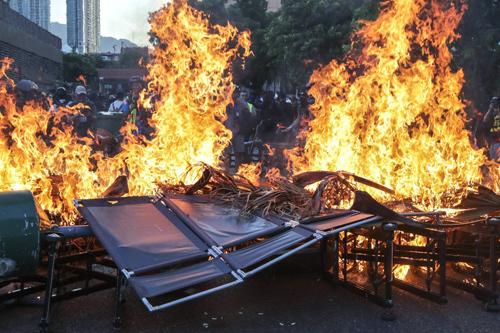 Người biểu tình Hong Kong đốt rào chắn sau khi đập phá ga tàu ở  New Town Plaza và Sha Tin hôm 22/9. Ảnh: SCMP.