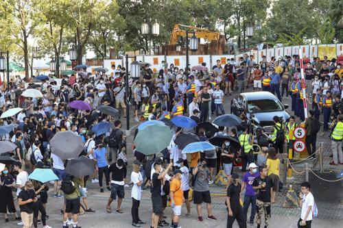 Thanh niên biểu tình quây xe của nghị sĩ Nip hôm 22/9. Ảnh: SCMP.