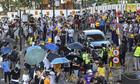 Người biểu tình bao vây nghị sĩ Hong Kong