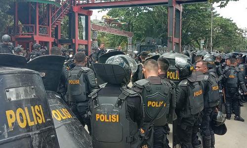 Cảnh sát triển khai tại thủ phủ Jayapura hôm 23/9. Ảnh: AFP.