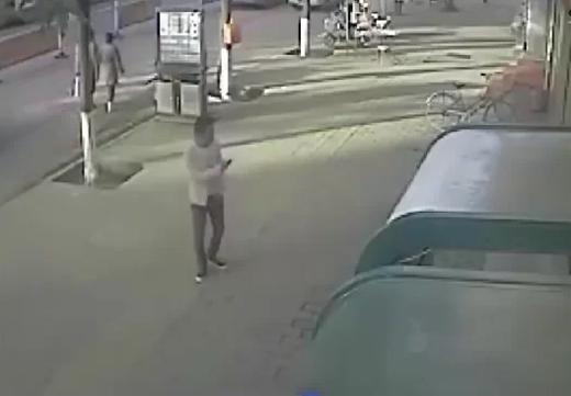 Nghi phạm áo trắng xuất hiện trong camera giám sát. Ảnh: CCTV.