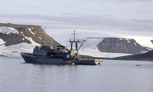 Tàu Altai chở đoàn thám hiểm tới vùng cực. Ảnh: Barents Observer.