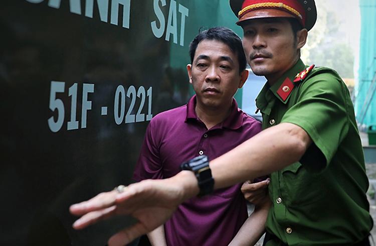 Bị cáo Nguyễn Minh Hùng trông gầy, tiều tụy hơn lần ra tòa trước. Ảnh: Hữu Khoa.