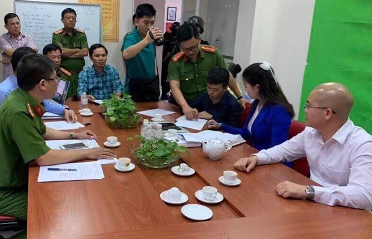 Nguyễn Thái Luyện (sơ mi trắng, bên phải) làm việc với công an chiều 18/9. Ảnh: Công an cung cấp.