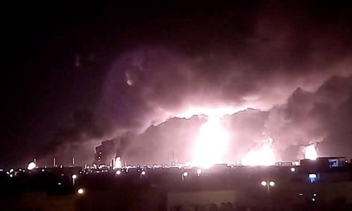 Khói lửa bốc lên từ nhà máy của Aramco tại Abqaiq sau vụ tấn công hôm 14/9. Ảnh : Reuters.