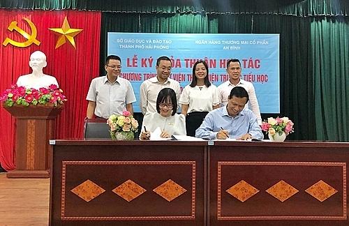 Mới đây, ABBANK và Sở GD&ĐT Hải Phòng đã tổ chức buổi ký kết hợp tác để triển khai Dự án thư viện thân thiện cho 10 trường tiểu học công lập tại Hải Phòng