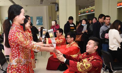 Các cặp vợ chồng mặc đồ cưới truyền thống để nhận đăng ký kết hôn tại thành thành Thạch Gia Trang, tỉnh Hà Bắc, Trung Quốc tháng 2/2017. Ảnh: Chinanews.