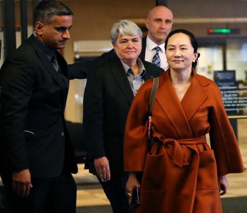 Giám đốc tài chính Huawei Mạnh Vãn Chu (áo cam) rời Tòa án tối cao British Columbia ở Vancouver, Canada hôm 23/9. Ảnh: AFP.