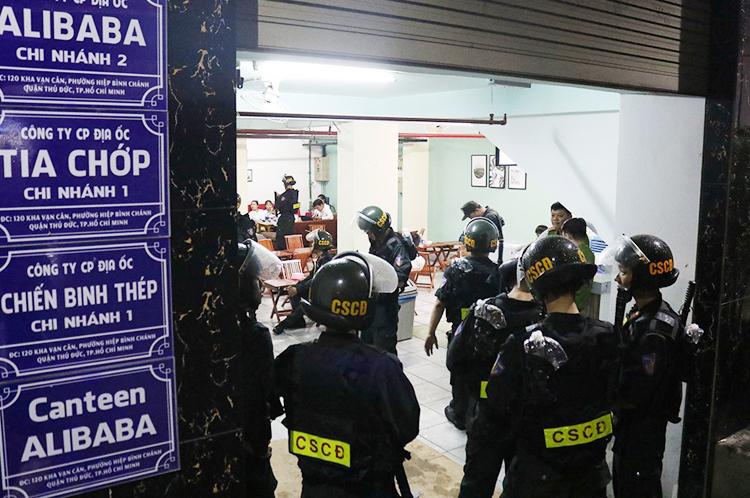 Cảnh sát khám xét công ty thành viên của Alibaba hôm 19/9. Ảnh: Công an cung cấp.