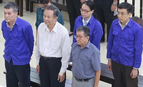 Ông Ban (áo trắng, hàng trên), Hồng (áo xanh, ngoài cùng bên phải) cùng các bị cáo khi nghe tòa tuyên án.