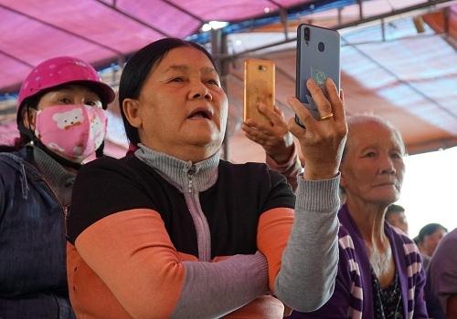Người dân ghi hình khi đối thoại với ông Lê Viết Chữ về nhà máy rác. Ảnh: Phạm Linh.