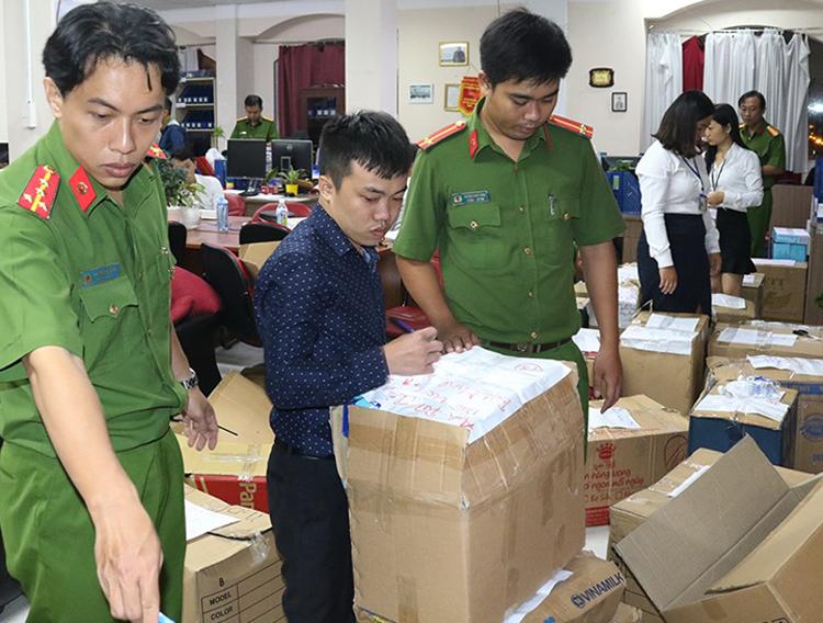 Nguyễn Thái Lĩnh chứng kiến công ty bị khám xét hôm 18/9. Ảnh: Công an cung cấp.