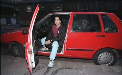 Le Van Thanh ngồi trên chiếc Fiat Uno sau khi nóđược sơn lại màu đỏ. Ảnh: Sun.