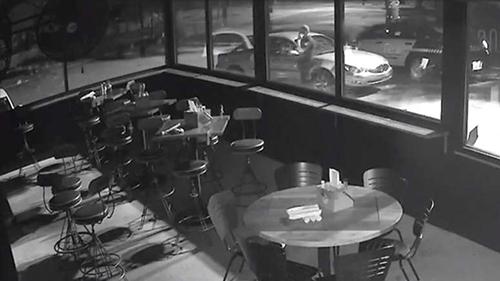 Hình ảnh từ camera an ninh trong một nhà hàng cho thấy cảnh sát đang gọi điện thoại sau khi gặp bé trai 11 tuổi lái xe một mình ở thành phố Charleston hôm 23/9. Ảnh: CNN