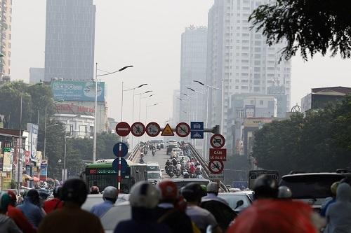 Nhà chức trách lí giải ô nhiễm không khí ở Hà Nội do lượng phương tiện lớn. Ảnh: Gia Chính