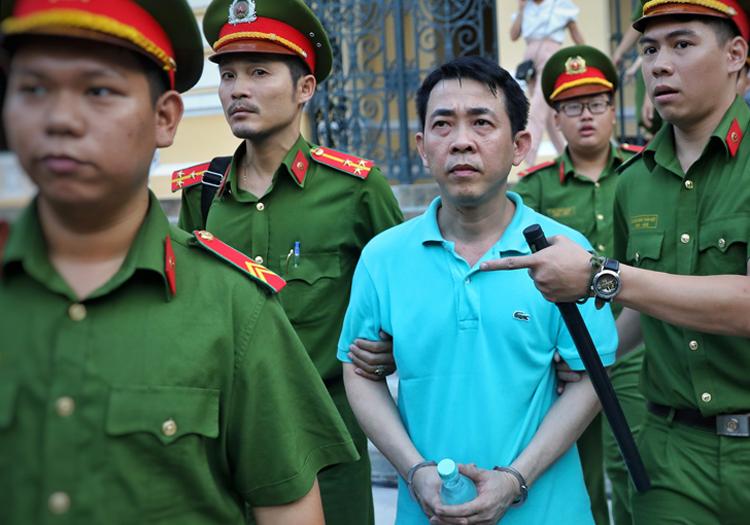 Nguyễn Minh Hùng đến tòa sáng nay. Ảnh: Hữu Khoa.