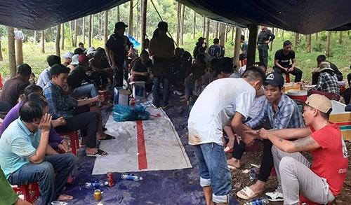 37 người tham gia đánh bạc bị bắt giữ. Ảnh: Tuấn Minh.