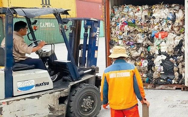 Nhiều container phế liệu bịbỏ ở cảng lâu ngày. Ảnh: N.M