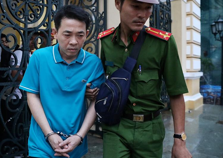 Nguyễn Minh Hùng sau khi bị đề nghị mức án 18-19 năm tù. Ảnh: Hữu Khoa.