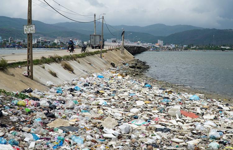 Cầu cảng Sa Huỳnh ngập rác thải sau khi Nhà máy MD ngừng hoạt động. Ảnh: Phạm Linh.