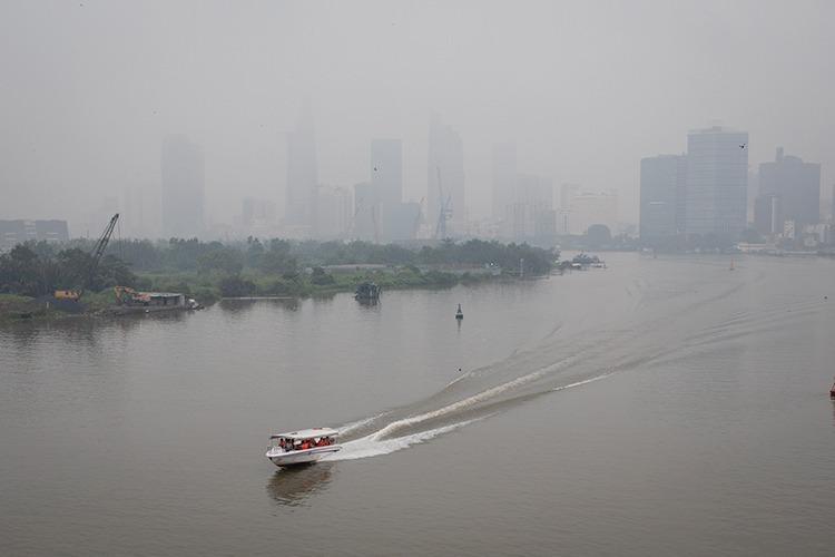 Mù bao phủ trung tâm TP HCM nhìn từ cầu Thủ Thiêm sáng 22/9. Ảnh:Thành Nguyễn.