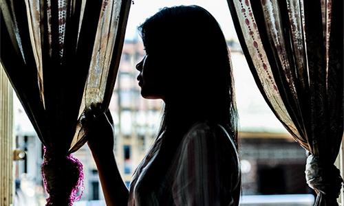 Một lao động nữ tuổi teenở quán bar Thái Lan. Ảnh: SCMP.