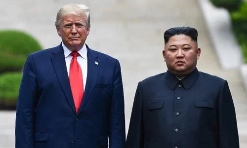 Tổng thống Mỹ Trump (trái) và lãnh đạo Triều Tiên Kim Jong-un tại DMZ ngày 30/6. Ảnh: Reuters.