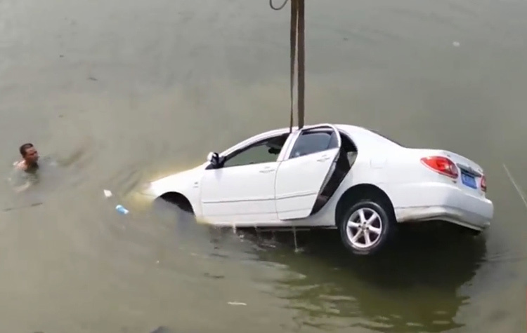 Chiếc xe gặp nạn được trục vớt khỏi đáy sông. Ảnh: CCTV.