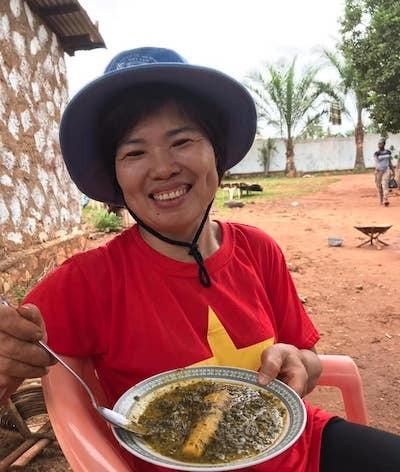 Trung tá Nguyễn Thị Liên dùng thửmón bột sắn nấu chuối sau một buổi làm vườn được chủ nhà thết đãi. Ảnh: Nhân vật cung cấp