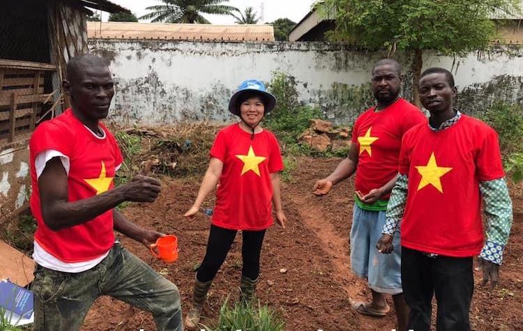 Nữ sĩ quan mũ nồi xanh giúp dân Trung Phi trồng trọt - page 3 - 1
