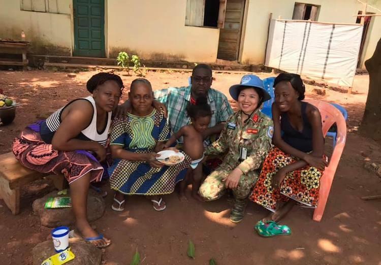 Nữ sĩ quan mũ nồi xanh giúp dân Trung Phi trồng trọt - page 3 - 4