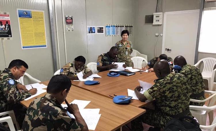 Nữ sĩ quan mũ nồi xanh giúp dân Trung Phi trồng trọt - page 3