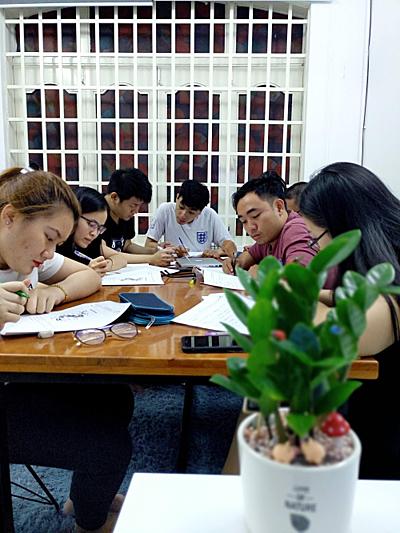 Lớp học của chị Nhi có 5-7 học viên.