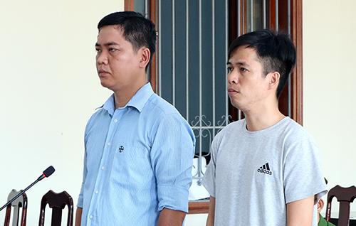 Hai bị cáo Tuấn Anh và Nghĩa (áo thun) tại phiên toà. Ảnh: Cửu Long