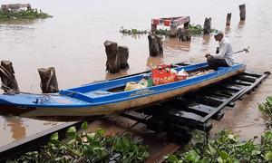 Nông dân miền Tây chế tạo ròng rọc kéo thuyền qua đập
