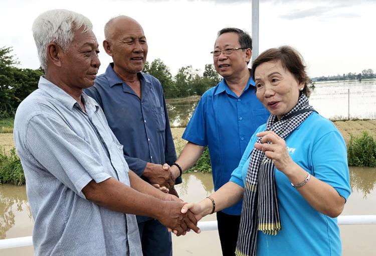 Nông dân ấp Thạnh Phú 2, xã Trung Thạnhcảm ơn đại nhà tài trợ xây dựng cầu Hy Vọng 40. Ảnh: Cửu Long.