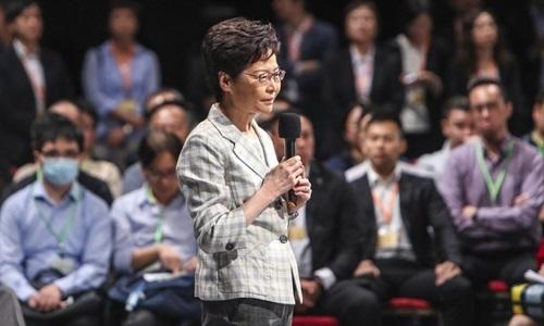 Trưởng đặc khu Hong Kong Carrie Lam trong buổi đối thoại công khai ở sân vận động Nữ hoàng Elizabeth tối 26/9. Ảnh: SCMP.