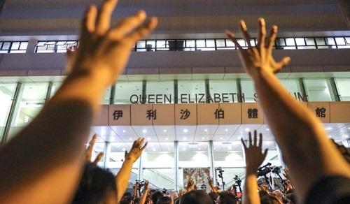 Người biểu tình Hong Kong tập trung bên ngoài sân vận động Elizabeth tối 26/9. Ảnh: SCMP.