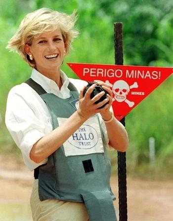 Diana tại bãi mìn ở Angola tháng 1/1997. Ảnh: Reuters.