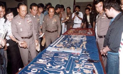 Cảnh sát Thái Lan trưng bày một số trang sức thu hồi được từ vụ trộm ở Arab Saudi năm 1989. Ảnh: Khaosod.