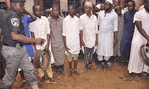 Các nạn nhân bị xích chân tại một ngôi trường Hồi giáo ở Kaduna, bắc Nigeria. Ảnh: AFP.